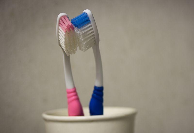To tannbørstrer tett i tett i et tannglass (colourbox.com)