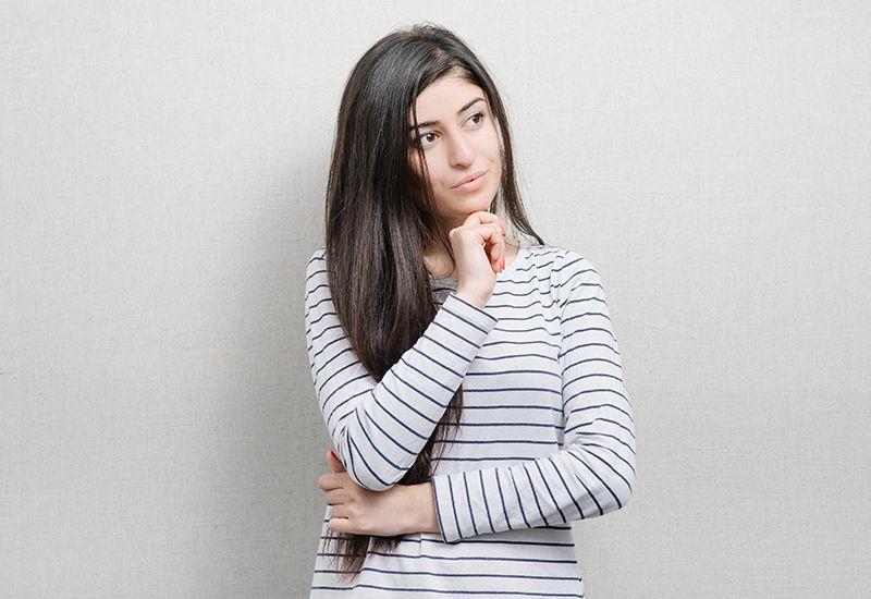 Jenter står og tenker (colourbox.com)