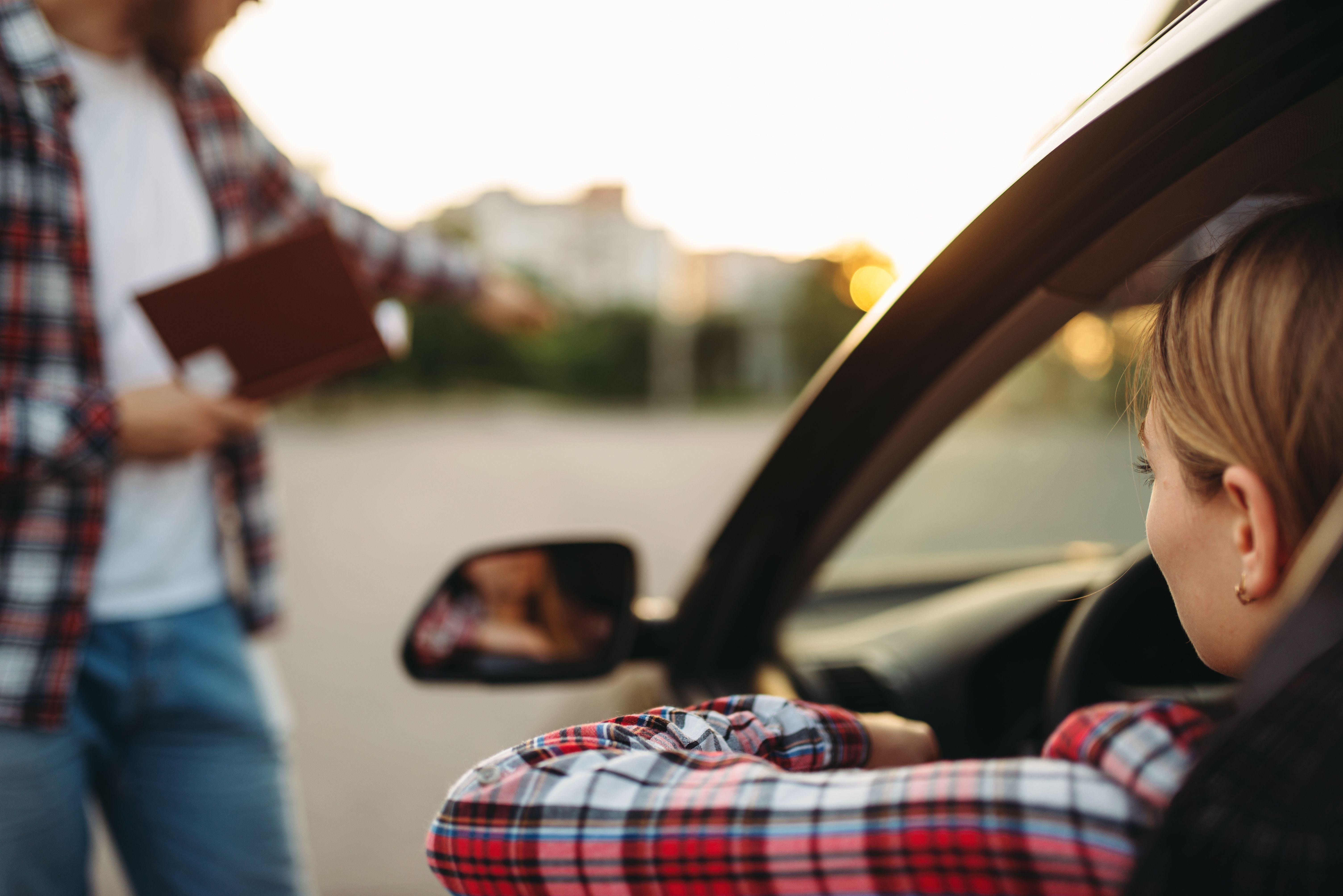 Jente som kjører bil.