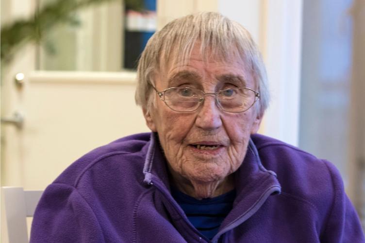 Eldre kvinne hos Aleris omsorg norge