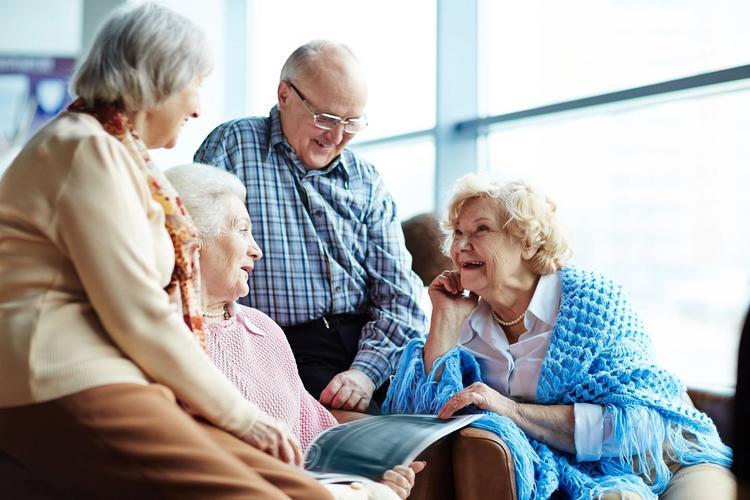 Gamle mennesker snakker.