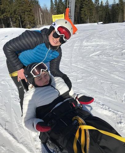 Katarina i skibakken sammen med assistenten