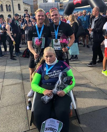 Katarina i mål med assistentene på Oslo Maraton