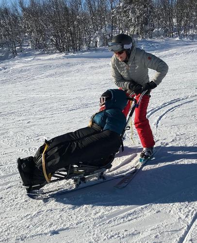 Mor og datter i alpinbakken
