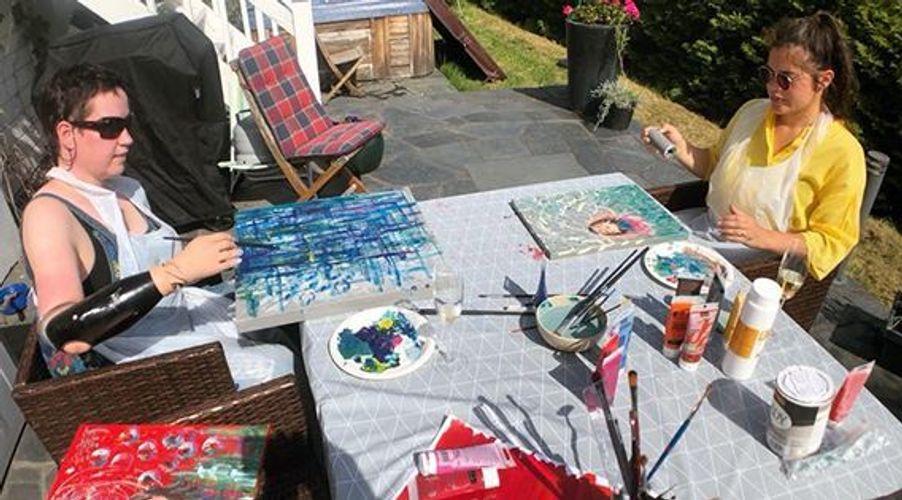 BPA-mottaker Gry Hege Henriksen maler sammen med assistenten