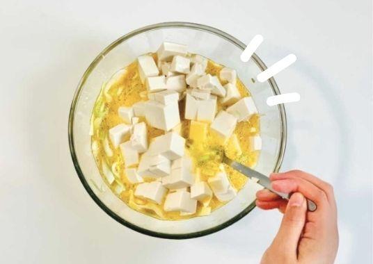 Tofu in Ei Omelett: die Kombination aus weichem Tofu und knackigem Kohl