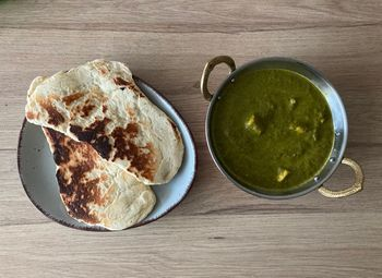 Curry mit Nann servieren