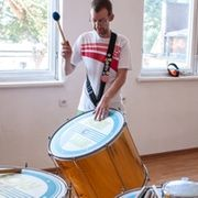 Bohdan Imiela grający na surdo