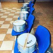 szereg bębnów przygotowanych na warsztat