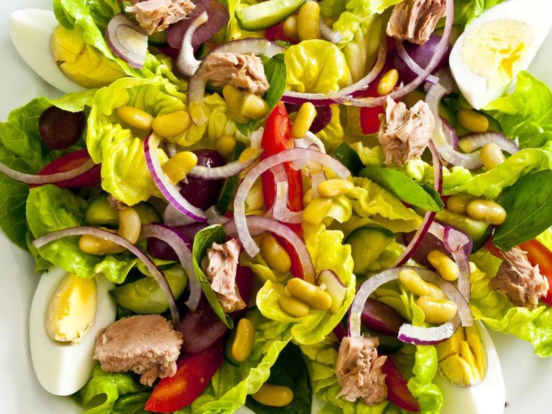 4 receitas de salada com (e sem) bacalhau para uma Páscoa leve!