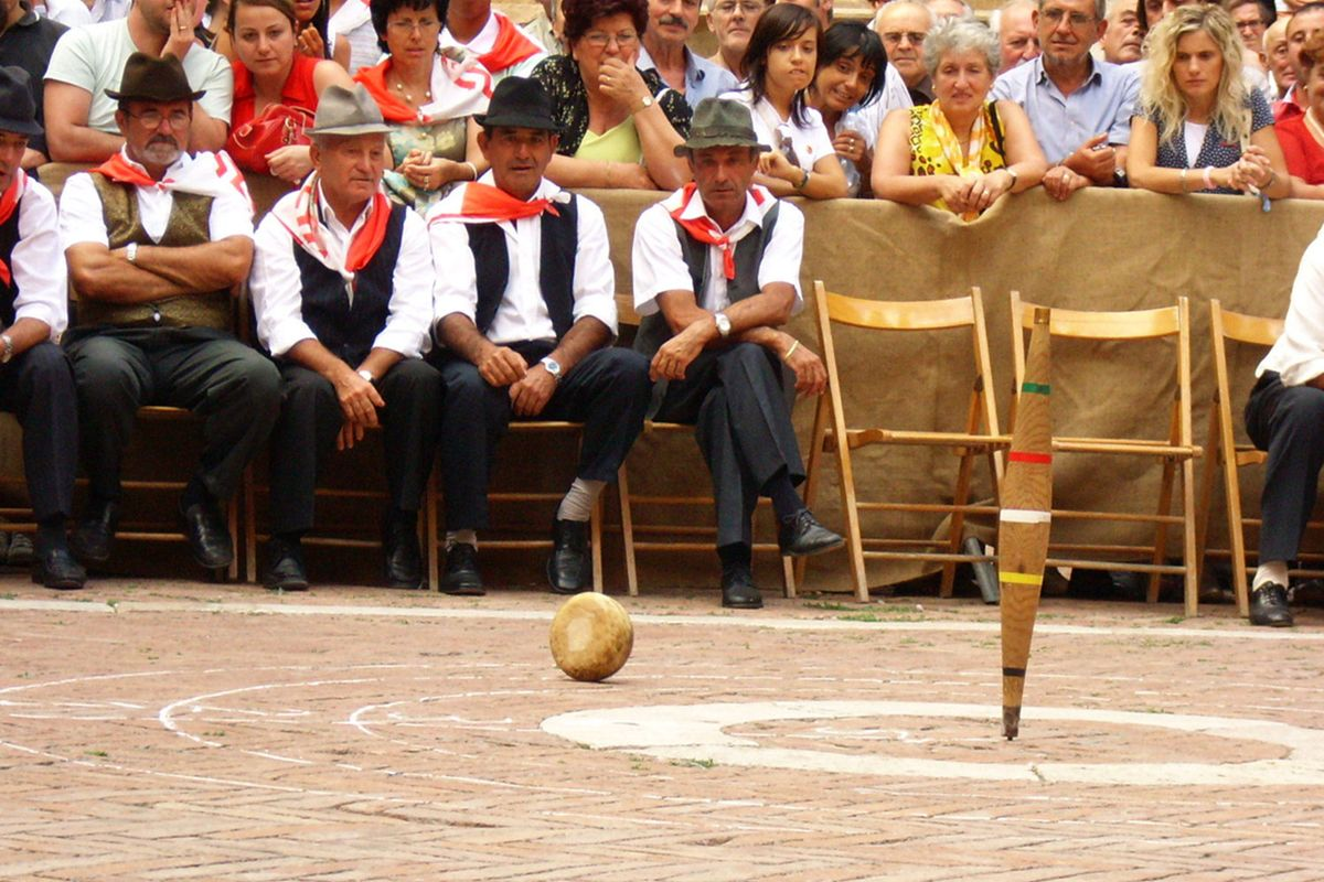 The stakes are high and the situation is tense during the playoffs of the Cacio al fuso in Pienza.