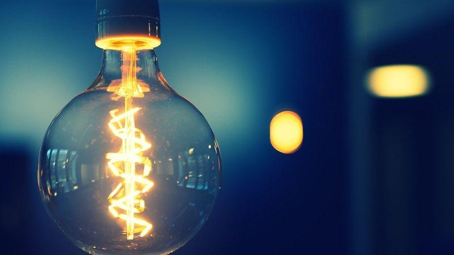 A lâmpada de 10W vai consumir mais energia que o chuveiro.