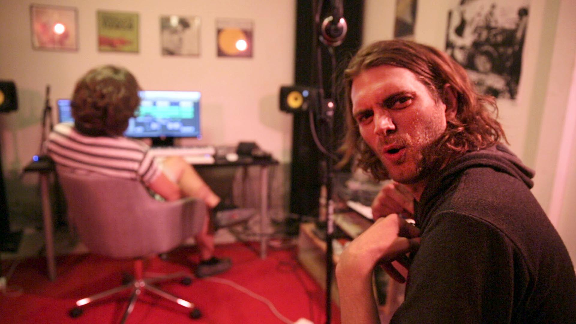 Skinny booker studiotid hos en anerkjent produsent i Hollywood Hills. Endelig skal han lage en hitlåt som skal skyte fart på karrieren.
