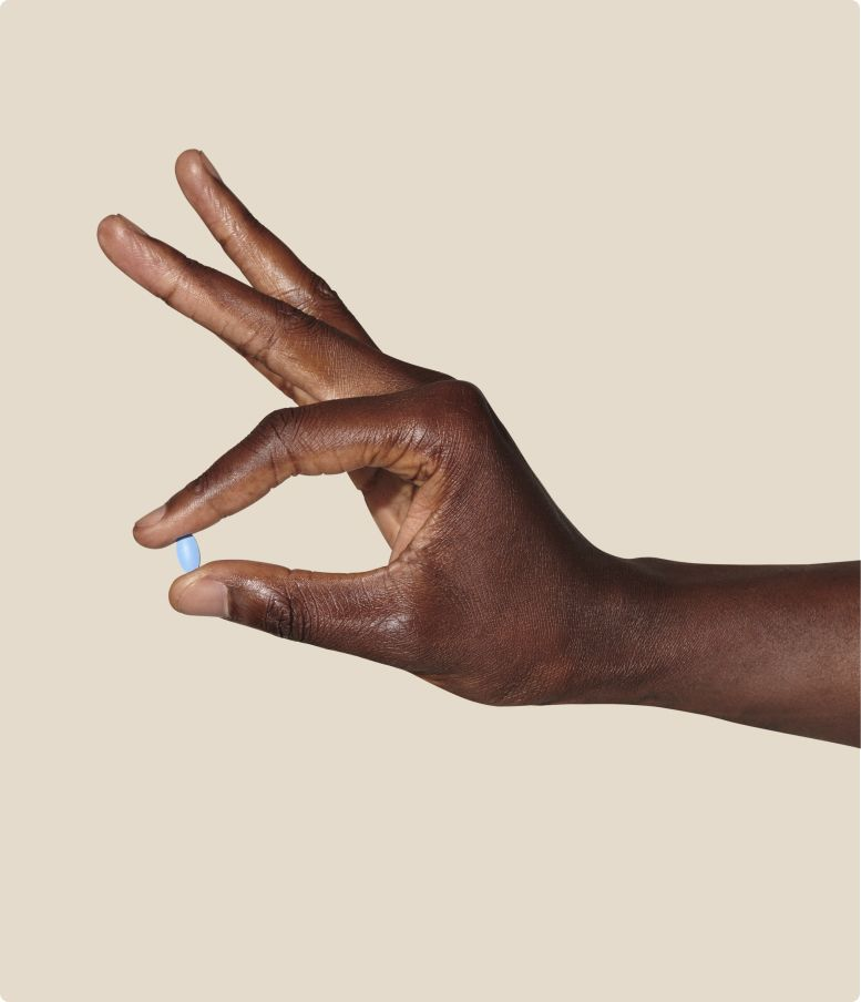 Hånd som holder en blå potenspille