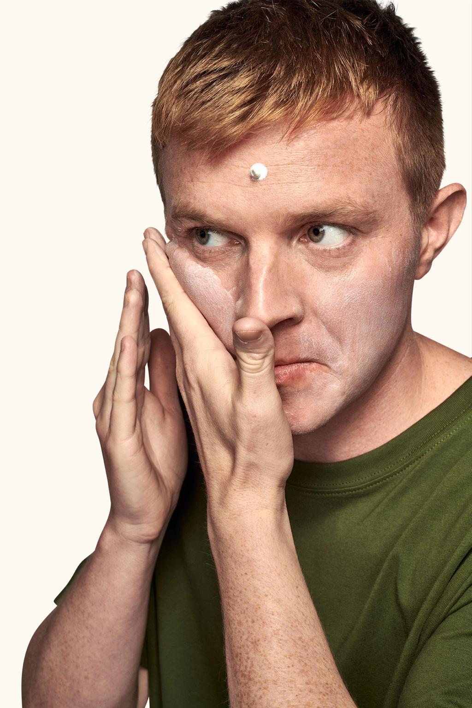 bilde av mann som renser ansiktet