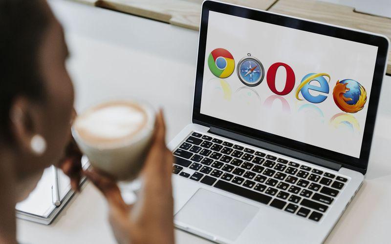 Men whit a Tablet choosing a browser