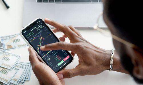 Bilde av noen som ser på en investeringsgrafe