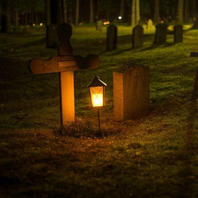 Bilde viser en mørklagt grav - med et lite lys på seg. Haas er det lyset, og vi gjør det sånn at vanskelige ting blir enkelt. Bli en av oss i dag