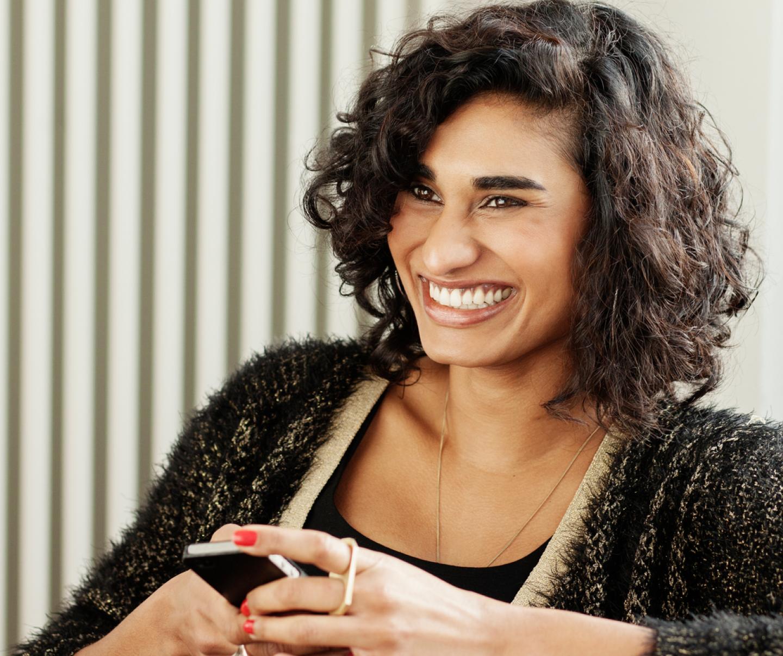 妇女微笑着拿着电话