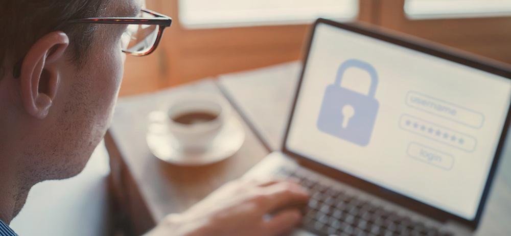 Illustrasjonsbilde av mann som ser på en innloggingsside på en datamaskin