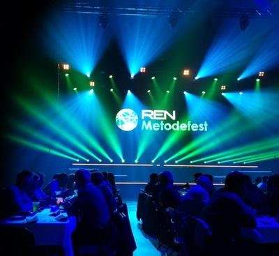 Bildet viser folk i salen som sitter til bords under Metodefest
