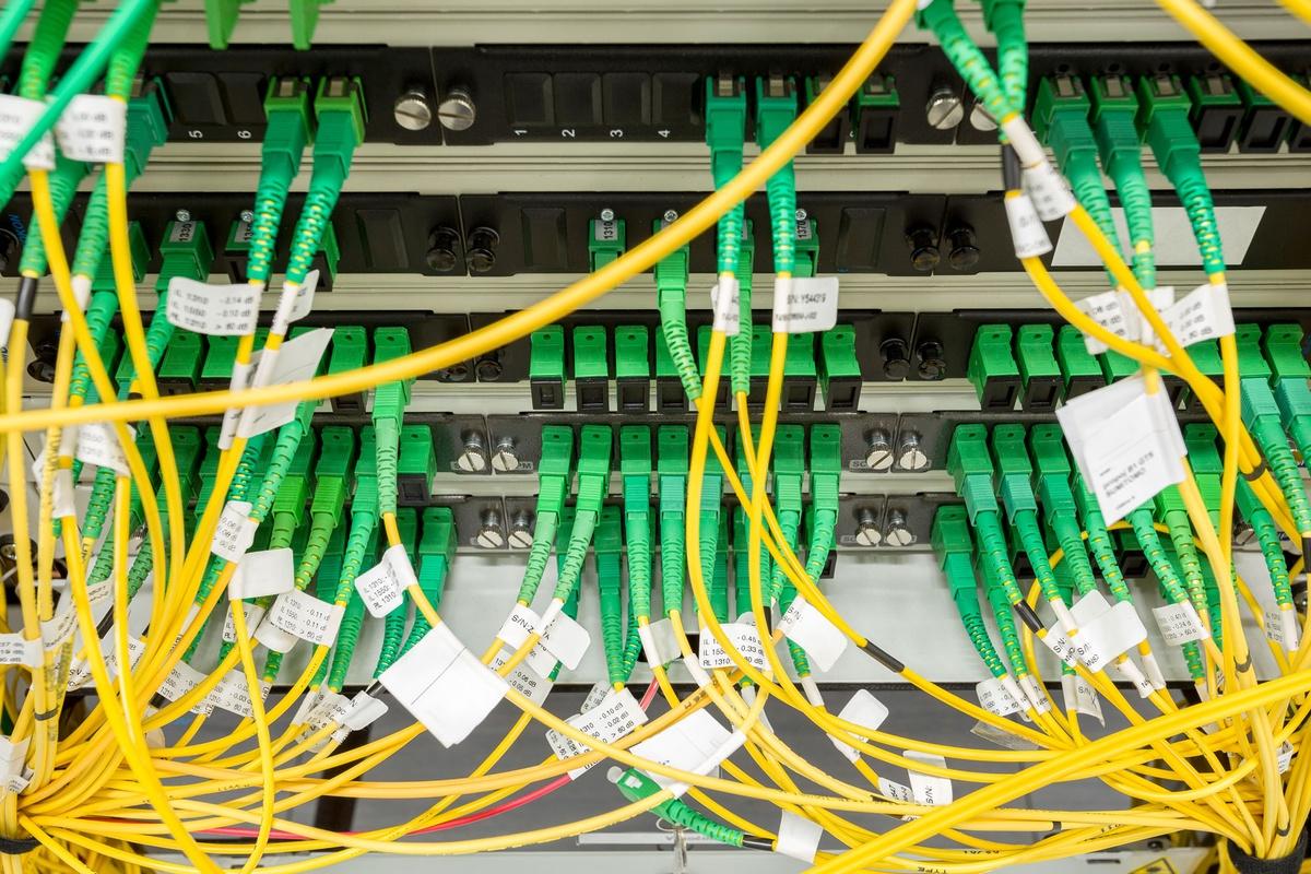 Bildet viser fiberoptisk datasenter med mediekonvertere og optiske kabler