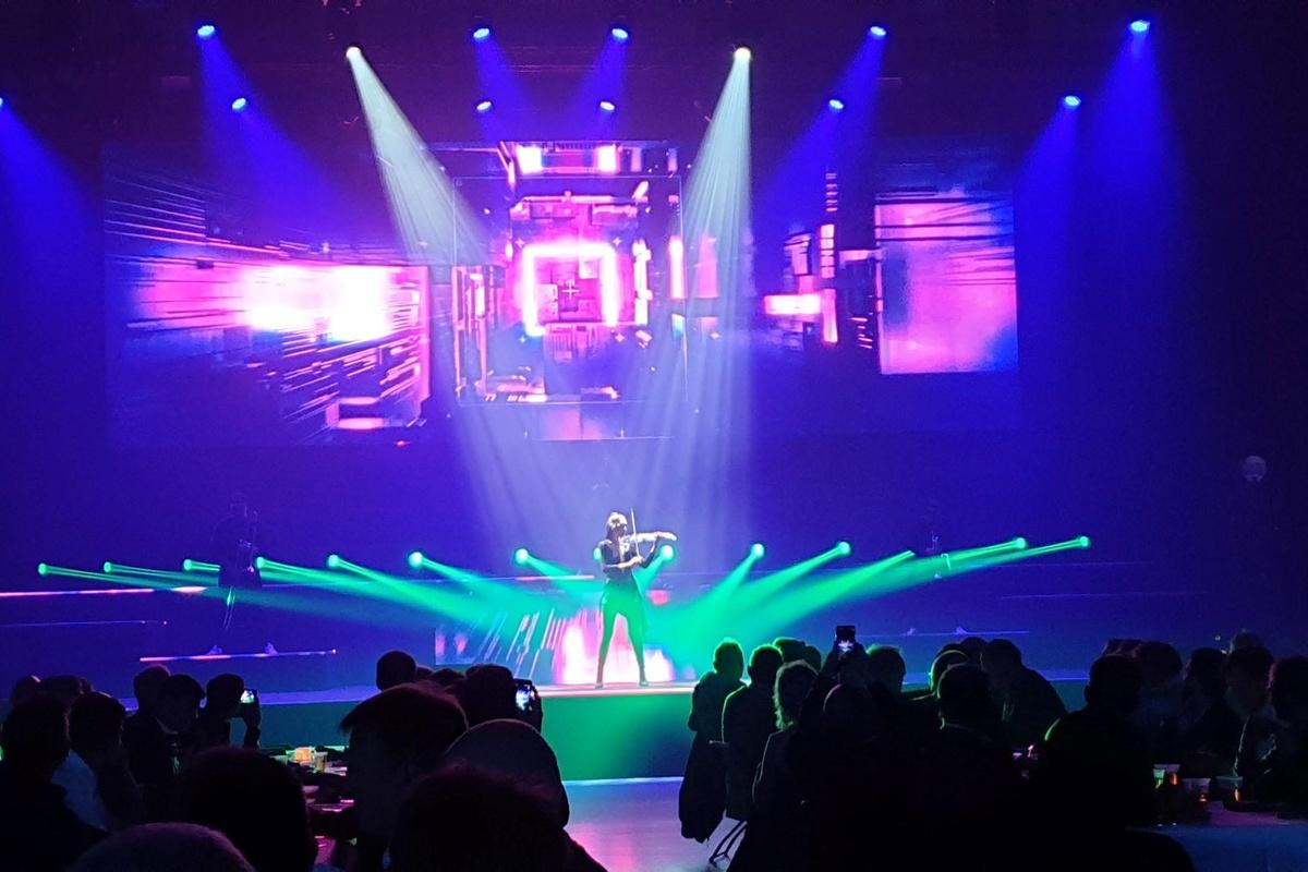 Viser fiolinist på scenen under Metodedager 2019.