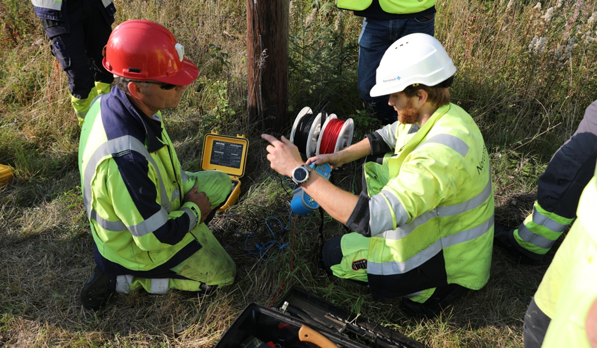 Bildet viser folk som tester utstyr