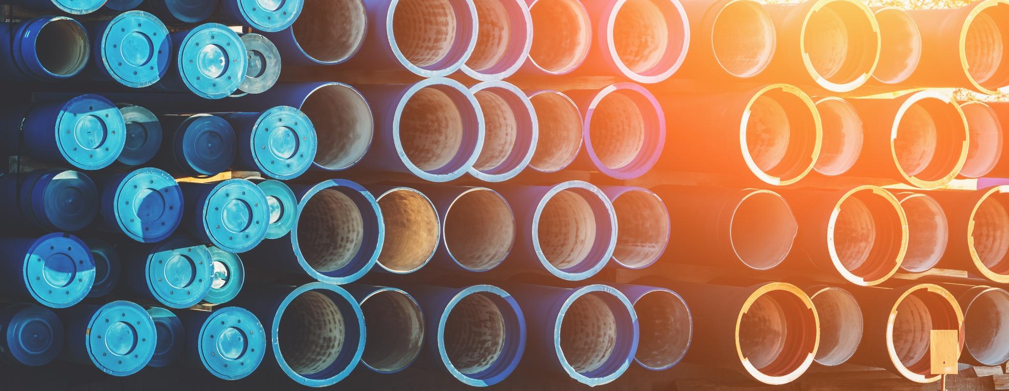 Bildet viser store PVC-rør i stabel