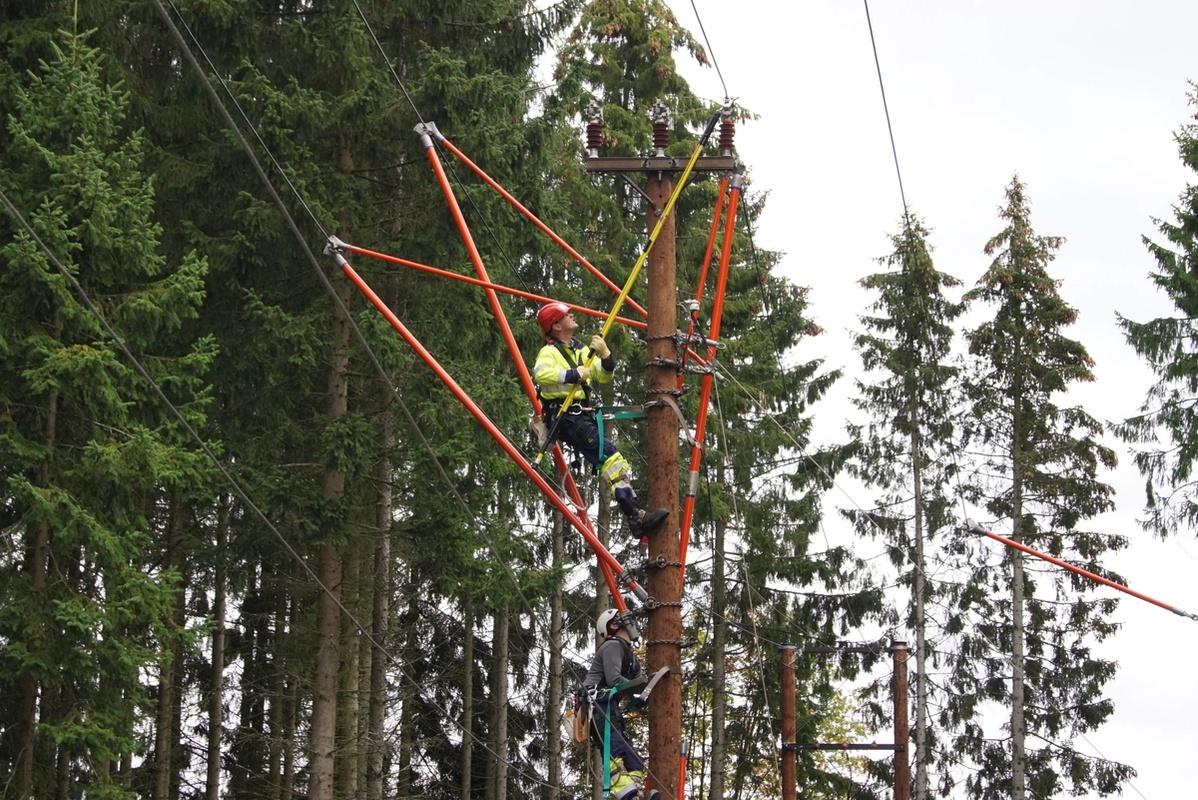 Bilde viser mann som jobber i stolpe med 3-par stangmetoden.