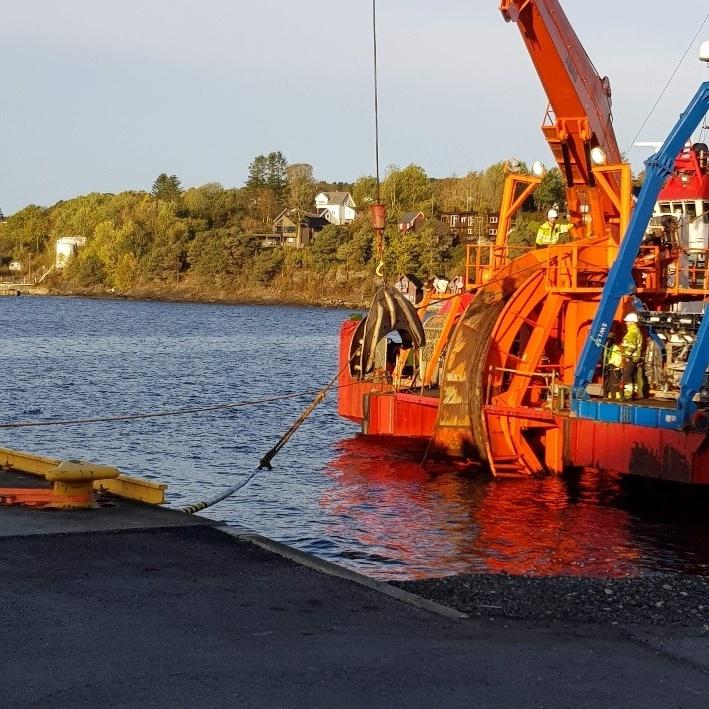 Bildet viser kabler som er på vei fra beredskapslageret og ombord på båt for videre frakt.