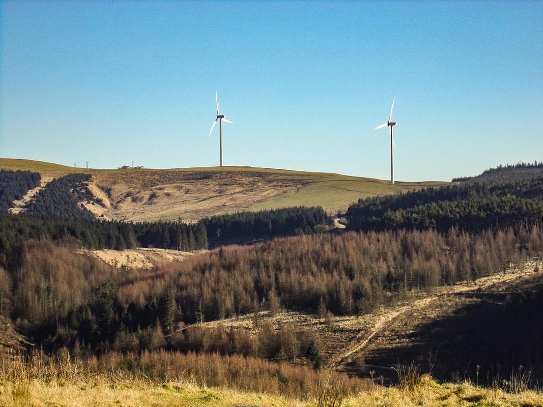 Bildet viser vindmøller på en ås