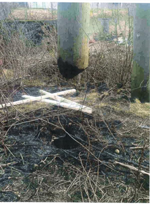 Bildet viser skade på stolpe etter bråtebrenning