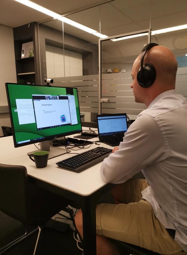Bildet viser person fremfor skjerm som styrer webinaret.