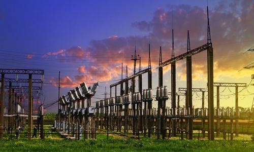 Bildet viser høyspentanlegg i solnedgang