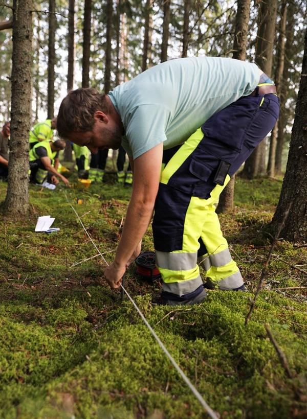 Bilder viser personer som tester utstyr i feltet.