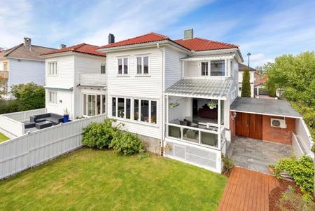 Heftig budkrig endte 650 000 kr over prisantydning på denne boligen i Kristiansand
