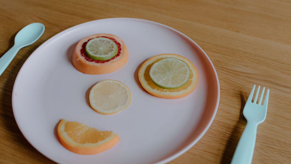 Plate with fruit in the shape of a smiley face