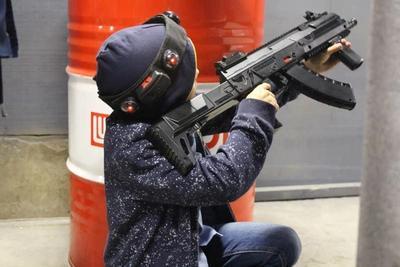Мальчик школьного возвраста бдительно выцеливает врага