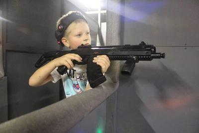 Парень с лазертаг винтовкой