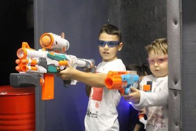 Мальчики держат большие редкие виды оружия Нерф