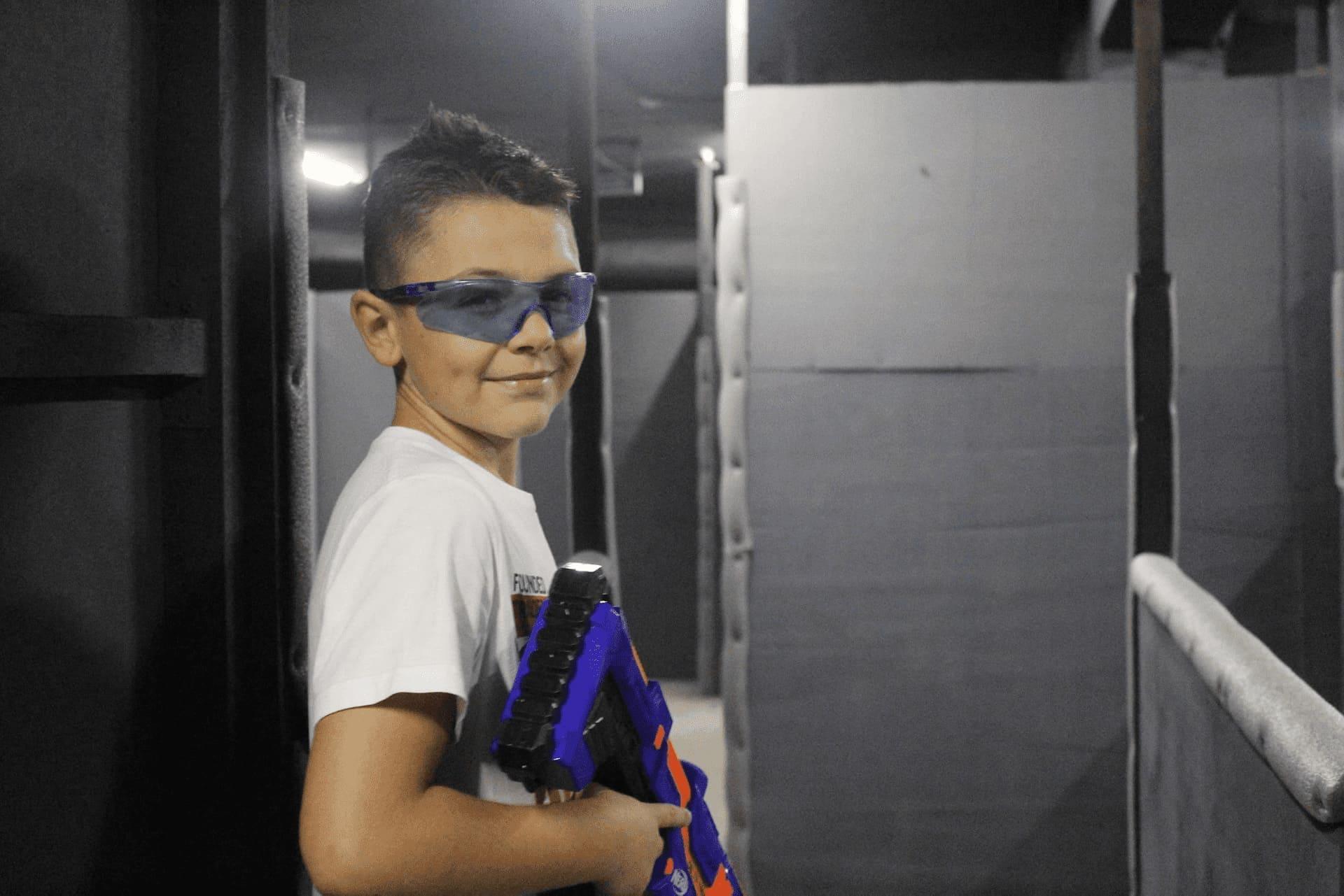 Довольный школьник после игры в Нерф