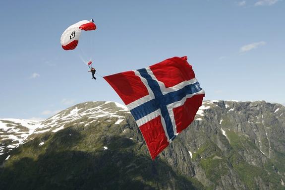Paragliding i Voss med norske flagg