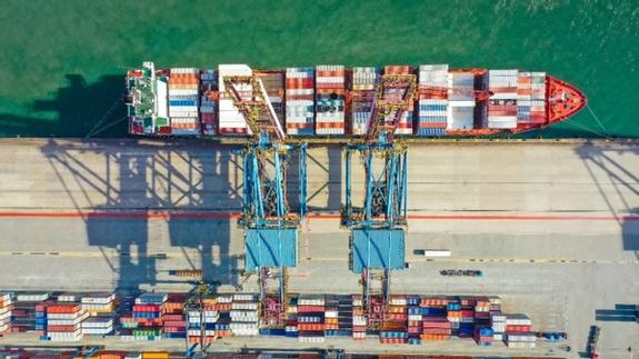 Shipyard and containtership with containers