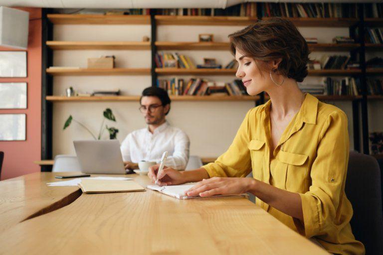 Smilende ung dame som er fornøyd med å ha fått digitalt bedriftslån