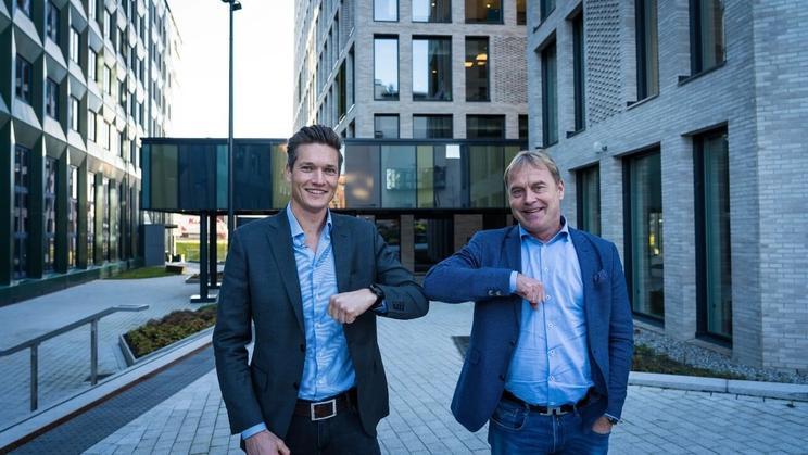 CEO-ene i 24SevenOffice og ØkonomiBistand  inngår avtale via korona-handshake (albu mot albu)