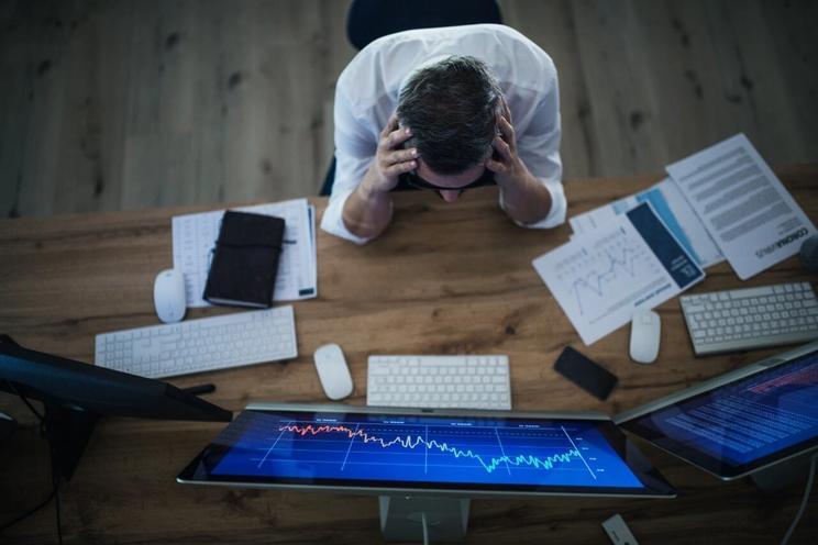 Frustrert businessmann som håndterer utgifter unde pandemi