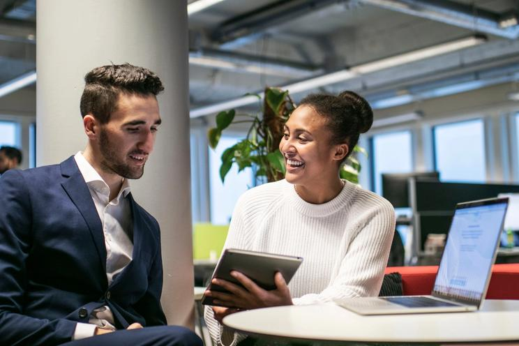 To kollegaer ser på 24SevenOffice's CRM system