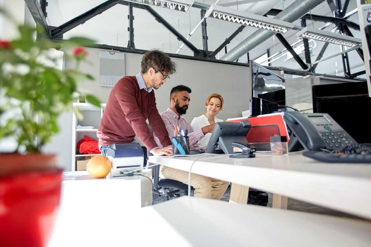 Team som jobber på kontoret og bruker AI