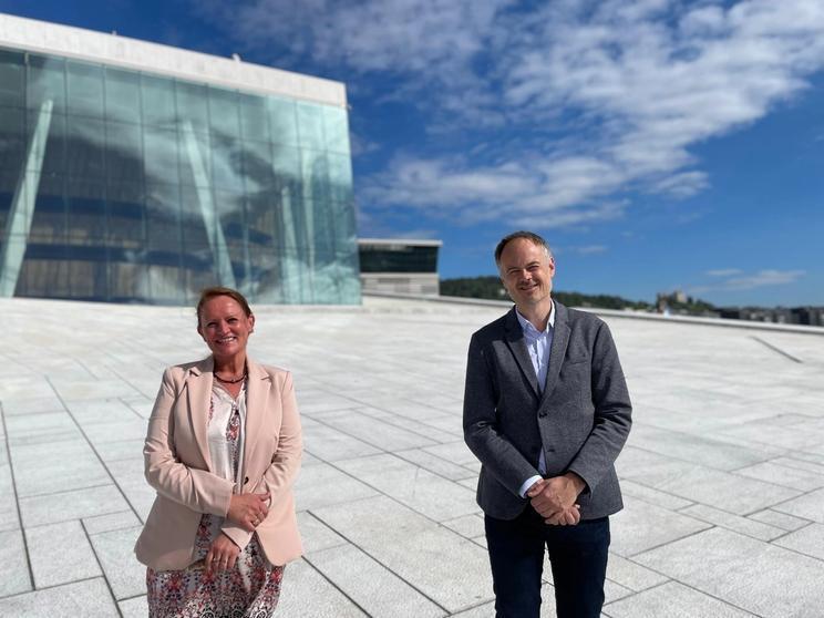 Dame og mann foran Operahuset i Oslo